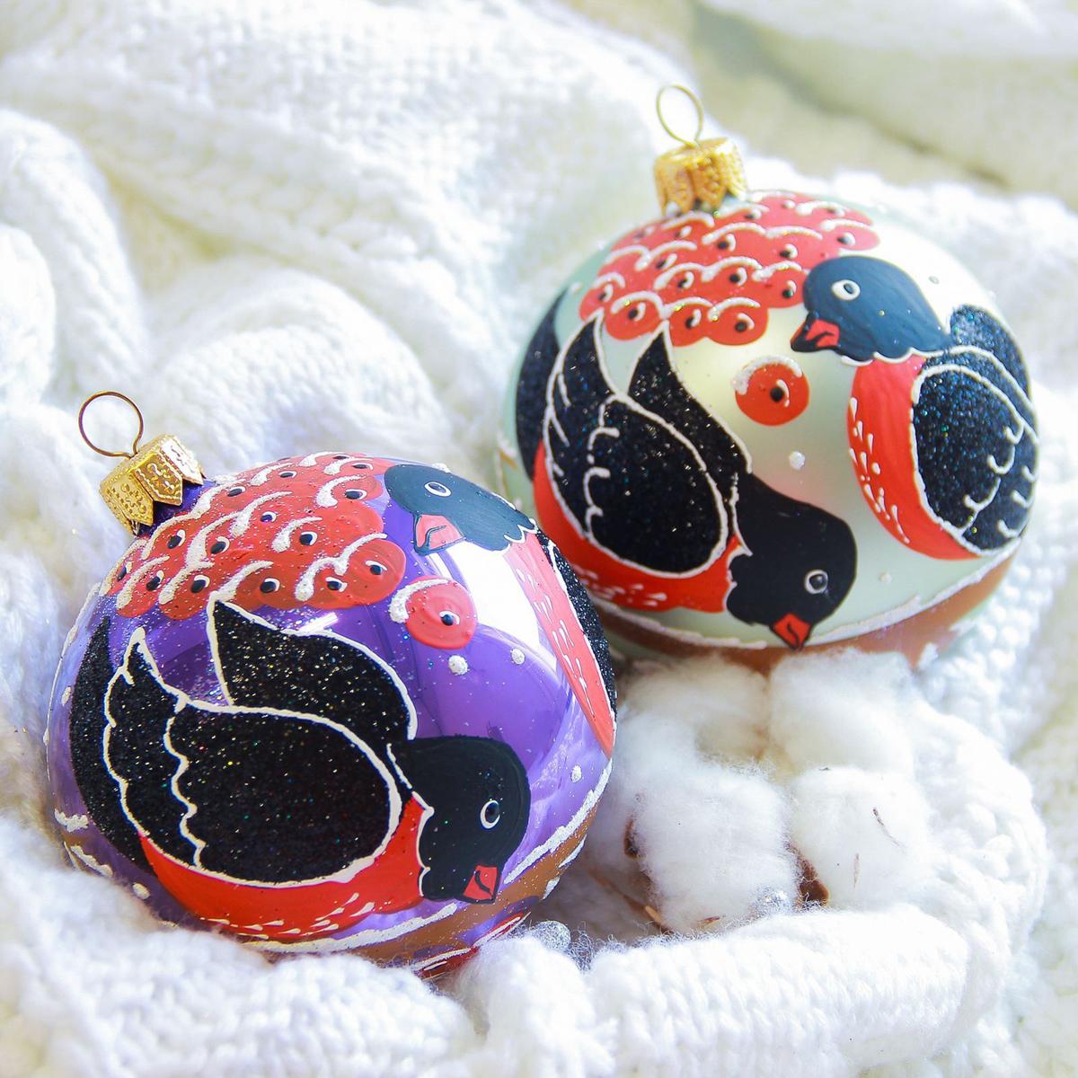 Украшение новогоднее елочное Иней Снегири, диаметр 8,5 см2555476Новогоднее подвесное украшение Иней отлично подойдет для декорации вашего дома и новогодней ели. Новогоднее украшение можно повесить в любом понравившемся вам месте. Но, конечно, удачнее всего оно будет смотреться на праздничной елке.Елочная игрушка - символ Нового года. Она несет в себе волшебство и красоту праздника. Такое украшение создаст в вашем доме атмосферу праздника, веселья и радости.