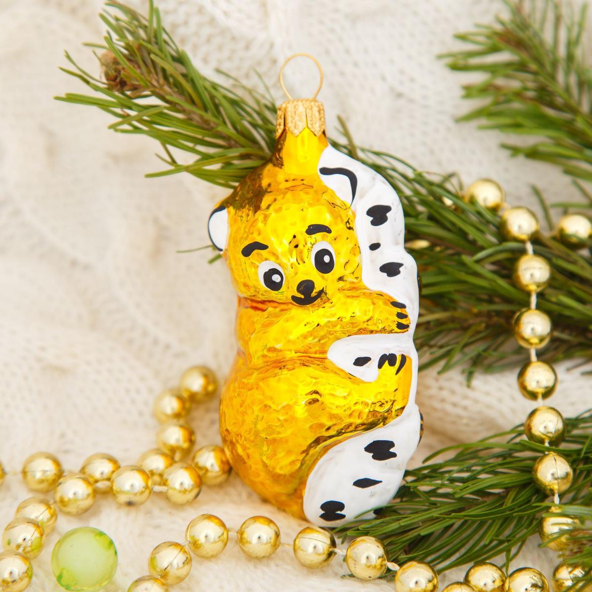 Новогоднее подвесное украшение Ёлочка Мишка на дереве, 9 х 4 х 4 см2564811Новогоднее подвесное украшение Ёлочка отлично подойдет для декорации вашего дома и новогодней ели. Новогоднее украшение можно повесить в любом понравившемся вам месте. Но, конечно, удачнее всего оно будет смотреться на праздничной елке.Елочная игрушка - символ Нового года. Она несет в себе волшебство и красоту праздника. Такое украшение создаст в вашем доме атмосферу праздника, веселья и радости.
