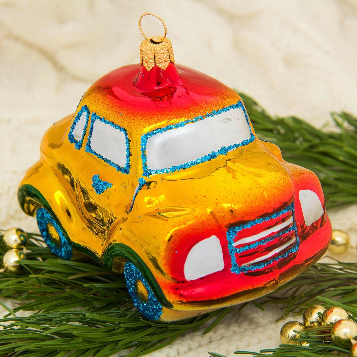 Новогоднее подвесное украшение Ёлочка Машинка, 13,5 х 14,5 х 7 см2564816Новогоднее подвесное украшение Ёлочка отлично подойдет для декорации вашего дома и новогодней ели. Новогоднее украшение можно повесить в любом понравившемся вам месте. Но, конечно, удачнее всего оно будет смотреться на праздничной елке.Елочная игрушка - символ Нового года. Она несет в себе волшебство и красоту праздника. Такое украшение создаст в вашем доме атмосферу праздника, веселья и радости.