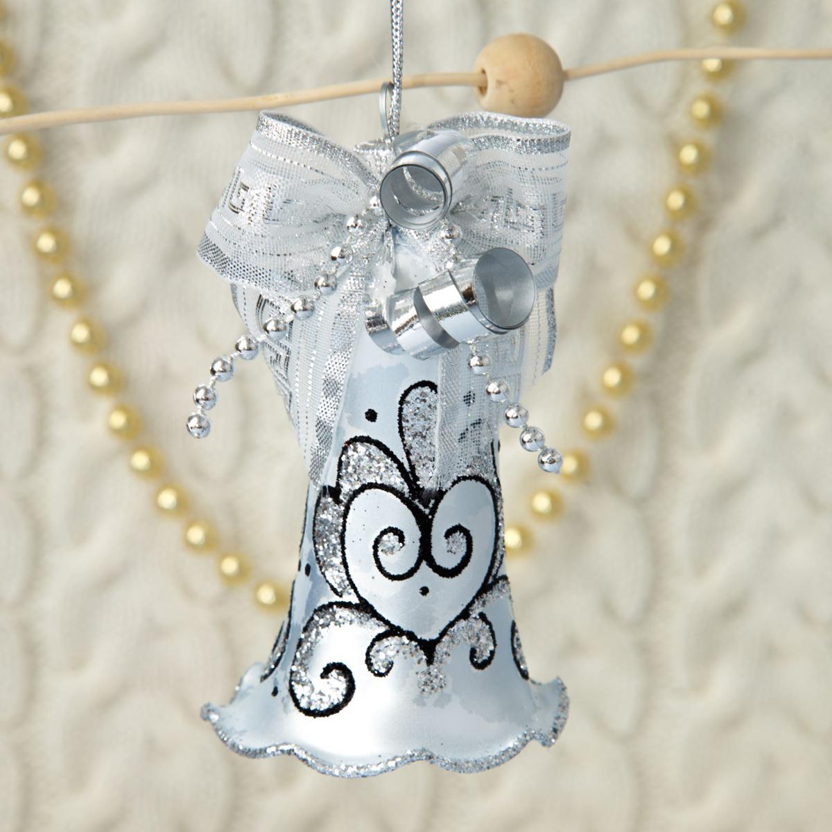 Новогоднее подвесное украшение Ёлочка Серебристый колокольчик, 6,5 х 6 х 13 см2564825Новогоднее подвесное украшение Ёлочка отлично подойдет для декорации вашего дома и новогодней ели. Новогоднее украшение можно повесить в любом понравившемся вам месте. Но, конечно, удачнее всего оно будет смотреться на праздничной елке.Елочная игрушка - символ Нового года. Она несет в себе волшебство и красоту праздника. Такое украшение создаст в вашем доме атмосферу праздника, веселья и радости.