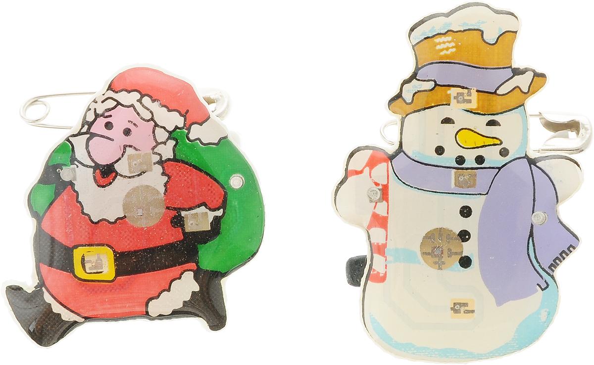 Значок светодиодный B&H Зимняя сказка. Дед Мороз и Снеговик, 2 штBH1072_дед мороз и снеговикЗначок светодиодный Зимняя сказка. Дед Мороз и Снеговик прекрасно дополнит ваш новогодний образ. Значки выполнены из пластика в виде фигурки снеговика и Деда Мороза с подарками. Крепятся к одежде при помощи булавок. Значки снабжены 3 быстро мигающими светодиодами. Почувствуйте волшебные минуты ожидания праздника, создайте новогоднее настроение вашим родным и близким. Средний размер значков: 3 х 2 х 1 см.Каждый значок работает от 3 батареек типа LR41 (входят в комплект).