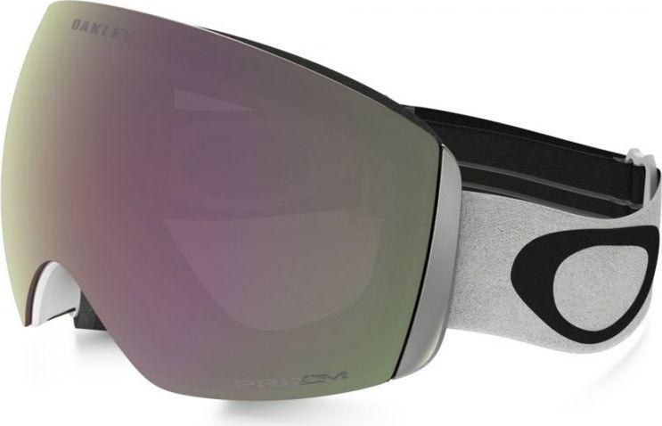 Маска горнолыжная Oakley Flight Deck, цвет: серый, черный0OO7050-70503800На Flight Deck инженеров Oakley вдохновили забрала шлемов летчиков-истребителей. В результате, эта маска получила непревзойденный угол обзора, широкий ремень с силиконовыми нитями для надежной фиксации и механизм быстрой смены линз. Дополнительный бонус: маска совместима с большинством моделей шлемов для катания.Особенности:Гибкая рамка оправы O Matter адаптируется под форму лица даже при сильном морозе.Широкий ремень равномерно распределяет давление на череп.Низкий профиль оправы маски и увеличенный размер линз способствуют широкому углу обзора.Тройная влагоотводящая прослойка из микрофлиса.Специальные отверстия под креплениями для ремня позволяют носить маску вместе с корректирующими зрение очками.Двойные линзы с покрытием, устойчивым к запотеванию F3 Anti-fog.100% защита от УФ излучения (UVA, UVB и UVC).Отвечает стандартам качества ANSI Z87.1 и EN 174:2001.Материал линз: Plutonite.