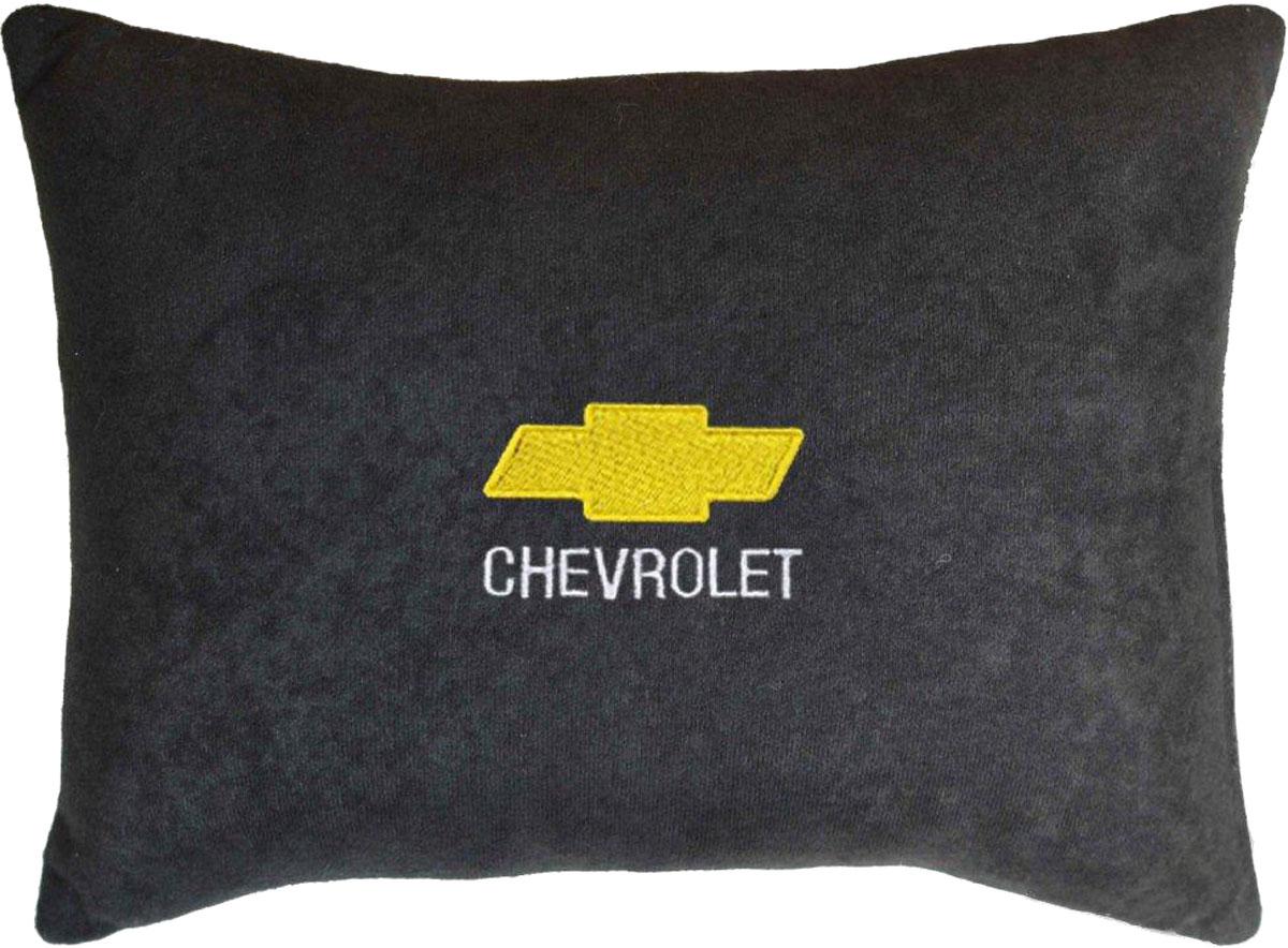 Подушка декоративная в салон автомобиля Autopremium Chevrolet, велюровая, цвет: черный37625Подушка в салон автомобиля с индивидуальной вышивкой - отличное дополнение для вашего авто. Мягкая подушка, изготовленная из велюра, будет удобна пассажиру. К тому же не перестанет радовать вас своим видом. Оптимальный размер подушки (26 х 36 см) не загромождает салон автомобиля. Особенности подушки:- Хорошо проветривается. - Предупреждает потение. - Поддерживает комфортную температуру. - Обминается по форме тела. - Улучшает кровообращение. - Исключает затечные явления.