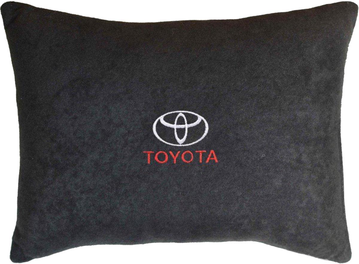 Подушка декоративная в салон автомобиля Autopremium Toyota, велюровая, цвет: черный37629Подушка в машину с вышивкой - отличное дополнение для салона Вашего авто. Мягкая подушка, изготовленая из велюра, будет удобна пассажиру. К тому же не перестанет радовать Вас своим видом. Оптимальный размер подушки (26 х 36 см) не загромождает салон автомобиля.