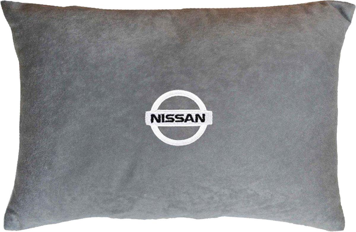 Подушка декоративная в салон автомобиля Autopremium Nissan, цвет: серый37643Подушка в салон автомобиля с индивидуальной вышивкой - отличное дополнение для вашего авто. Мягкая подушка, изготовленная из велюра, будет удобна пассажиру. К тому же не перестанет радовать вас своим видом. Оптимальный размер подушки (26 х 36 см) не загромождает салон автомобиля. Особенности подушки:- Хорошо проветривается. - Предупреждает потение. - Поддерживает комфортную температуру. - Обминается по форме тела. - Улучшает кровообращение. - Исключает затечные явления.