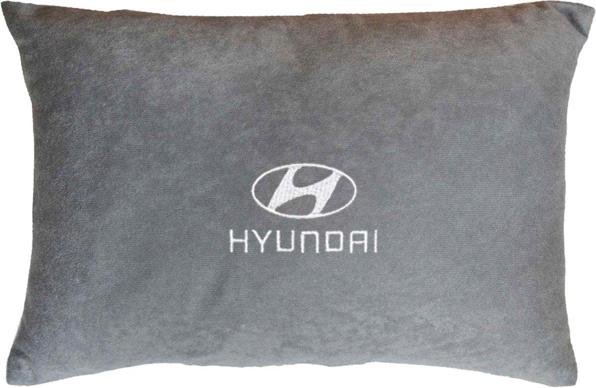 Подушка декоративная в салон автомобиля Autopremium Hyundai, велюровая, цвет: серый37647Подушка в салон автомобиля с индивидуальной вышивкой - отличное дополнение для вашего авто. Мягкая подушка, изготовленная из велюра, будет удобна пассажиру. К тому же не перестанет радовать вас своим видом. Оптимальный размер подушки (26 х 36 см) не загромождает салон автомобиля. Особенности подушки:- Хорошо проветривается. - Предупреждает потение. - Поддерживает комфортную температуру. - Обминается по форме тела. - Улучшает кровообращение. - Исключает затечные явления.