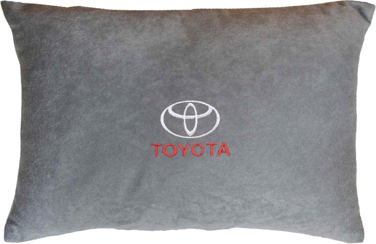 Подушка декоративная в салон автомобиля Autopremium Toyota, цвет: серый37649Подушка в салон автомобиля с индивидуальной вышивкой - отличное дополнение для вашего авто. Мягкая подушка, изготовленная из велюра, будет удобна пассажиру. К тому же не перестанет радовать вас своим видом. Оптимальный размер подушки (26 х 36 см) не загромождает салон автомобиля. Особенности подушки:- Хорошо проветривается. - Предупреждает потение. - Поддерживает комфортную температуру. - Обминается по форме тела. - Улучшает кровообращение. - Исключает затечные явления.