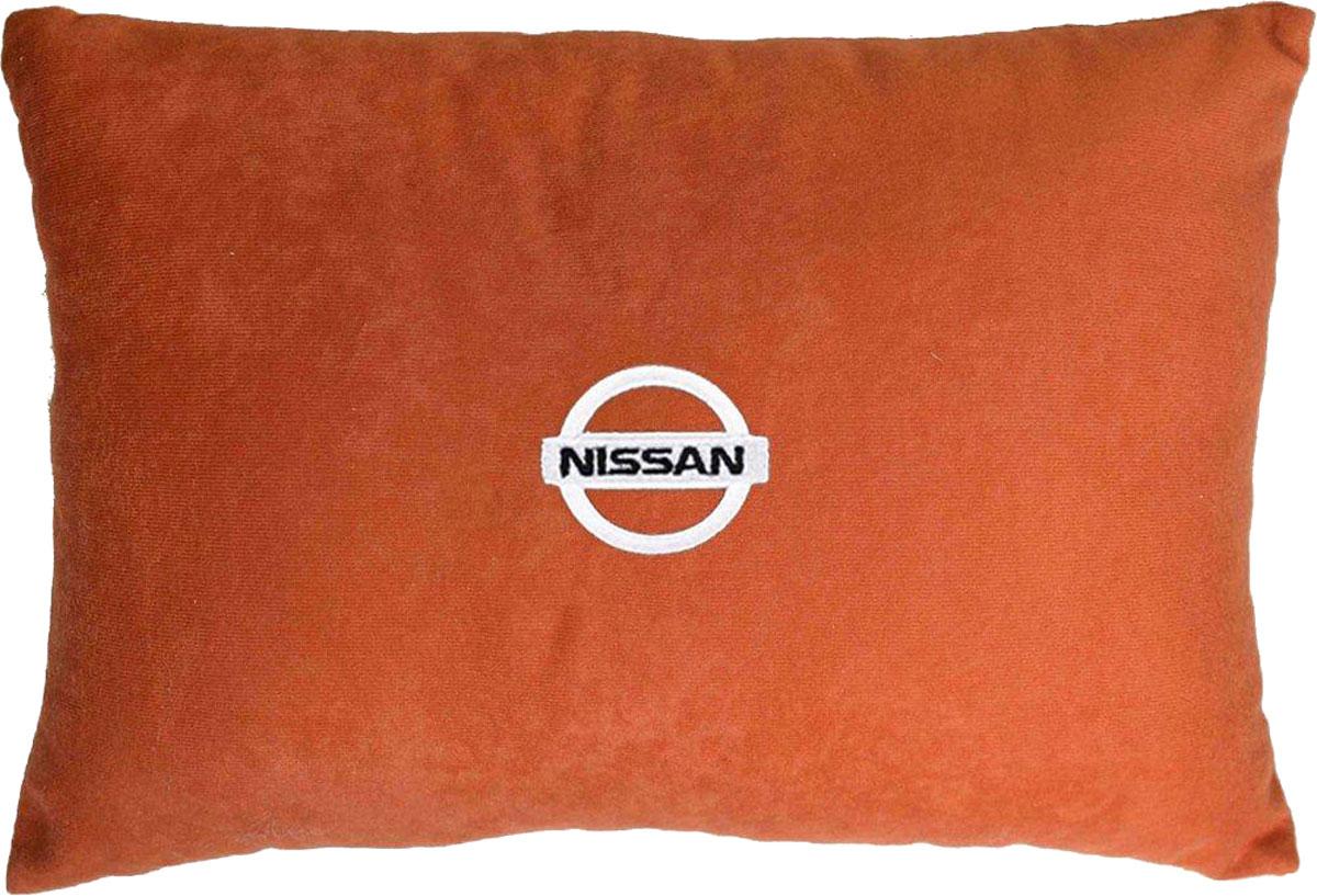 Подушка декоративная в салон автомобиля Autopremium Nissan, цвет: красный37663Подушка в салон автомобиля с индивидуальной вышивкой - отличное дополнение для вашего авто. Мягкая подушка, изготовленная из велюра, будет удобна пассажиру. К тому же не перестанет радовать вас своим видом. Оптимальный размер подушки (26 х 36 см) не загромождает салон автомобиля. Особенности подушки:- Хорошо проветривается. - Предупреждает потение. - Поддерживает комфортную температуру. - Обминается по форме тела. - Улучшает кровообращение. - Исключает затечные явления.
