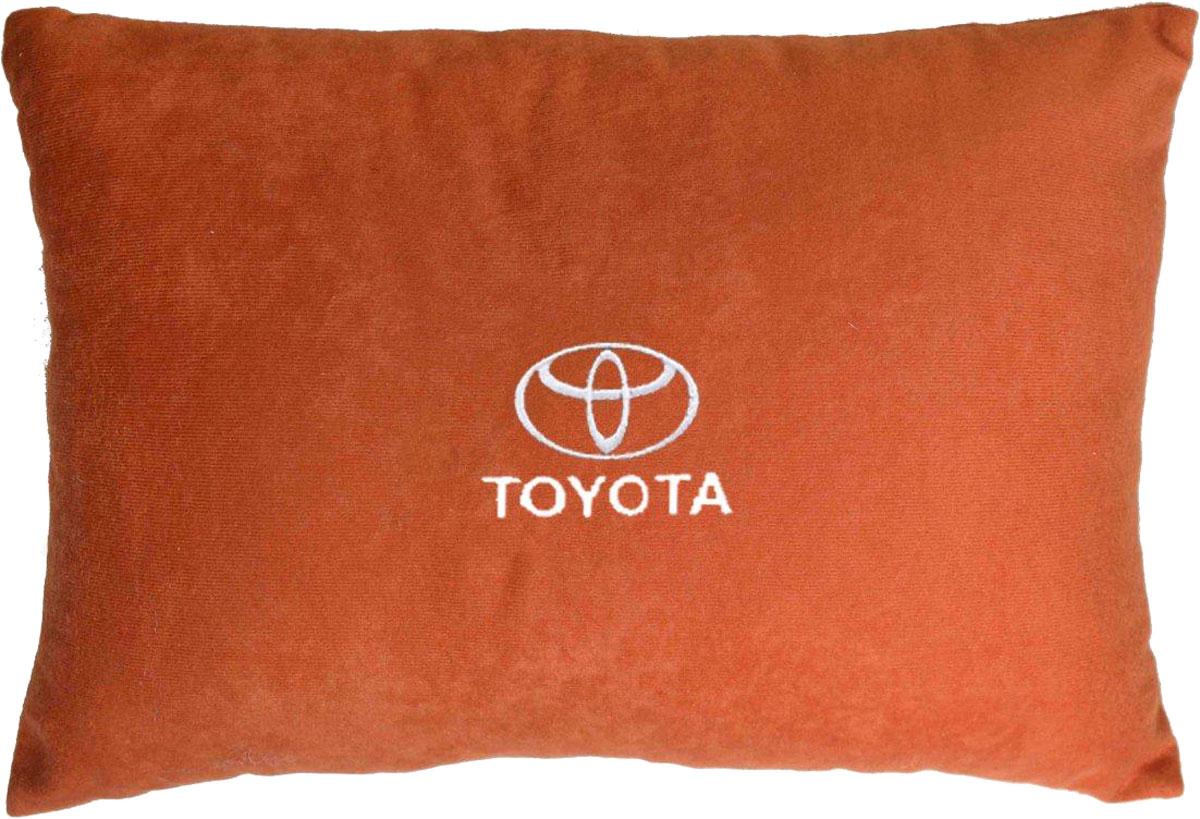 Подушка декоративная в салон автомобиля Autopremium Toyota, цвет: красный37669Подушка в салон автомобиля с индивидуальной вышивкой - отличное дополнение для вашего авто. Мягкая подушка, изготовленная из велюра, будет удобна пассажиру. К тому же не перестанет радовать вас своим видом. Оптимальный размер подушки (26 х 36 см) не загромождает салон автомобиля. Особенности подушки:- Хорошо проветривается. - Предупреждает потение. - Поддерживает комфортную температуру. - Обминается по форме тела. - Улучшает кровообращение. - Исключает затечные явления.