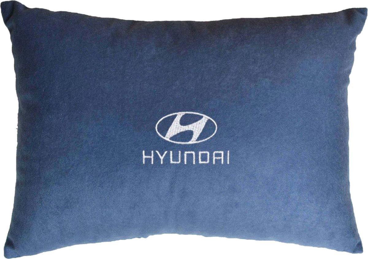 Подушка декоративная Auto Premium Hyundai, цвет: синий, 26 х 36 см37687Декоративная подушка в машину Auto Premium с вышивкой - отличное дополнение для салона вашего авто. Мягкая подушка, изготовленная из велюра, будет удобна пассажиру. К тому же не перестанет радовать вас своим видом. Оптимальный размер подушки (26 х 36 см) не загромождает салон автомобиля.