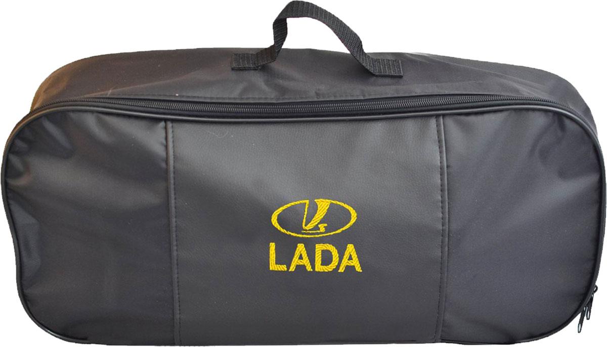 Набор аварийный в сумке Autopremium с логотипом Lada67372Автомобильный набор в сумке с логотипом оснащен базовыми элементами, которые необходимы каждому автолюбителю. Состав набора:- аптечка первой помощи автомобильная; - трос буксировочный 5т/пет/пакет;- Огнетушитель порошковый ОП-2(з) -АВСЕ, с металлическим ЗПУ;- знак аварийной остановки; - сумка для набора техосмотра Премиум со вставкой из экокожи и вышивкой. Размер сумки 47х21х13.