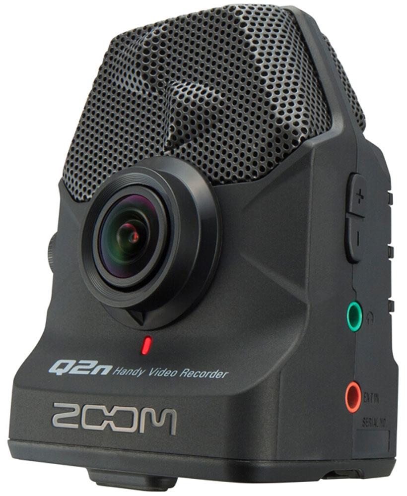 Zoom Q2n, Black видеокамераQ2nПортативный видео-рекордер Zoom Q2nЕсли вы – амбициозный композитор или музыкант, то красивое видео играет важную роль в вашем успехе. В цифровую эпоху у каждого есть возможность показать свое творчество широкой аудитории и качественно снятое видео может стать залогом вашего успеха. Но нельзя снимать клипы на любую камеру. Вам нужна такая камера, которая сможет записать аудио в высочайшем качестве.Рекордер Zoom Q2n позволит вам легко и быстро записывать HD-видео и аудио высочайшего качества. Встроенные X/Y микрофоны захватывают полноценную стерео картину происходящего. А 160-градусный широкоугольный объектив идеально справляется со съемкой при любом освещении – как в домашних условиях, так и в студии или в клубе.С портативным рекордером Q2n вы наконец-то сможете записывать видео, которое будет одинаково качественно выглядеть и звучать – и все это по доступной цене. Разрешение 24-бит/96 кГц позволит вам записывать звук студийного качества, вне зависимости от того, где вы осуществляете съемку. Встроенные микрофоны типа X/Y выдерживают максимальный уровень звукового давления вплоть до 120 dB SPL, что позволяет избежать искажения звука и помех при записи.Записывайте лучшие моменты при любом освещении10 режимов сцены позволят вам осуществлять съемку при различных видах освещения, включая слабоосвещенные помещения. Вы сможете выбрать любой подходящий вам режим, начиная с Концертного освещения, который автоматически подстраивается под текущий уровень освещения, и заканчивая Слабоосвещенным Концертом для съемки тусклых помещениях. Кроме того, здесь есть наборы настроек, подобранные специально для съемки в джаз клубах, студиях, а также на открытом воздухе.Съемка с любого ракурсаРекордер Q2n оснащен 160-градусным широкоугольным объективом, который способен снимать видео потрясающего качества. Запись ведется в разрешениях 720p или 1080p с частотой кадров 24 или 30 FPS. Диафрагма F2.0 делает Q2n идеальным выбором для музыкантов, которые выступают в
