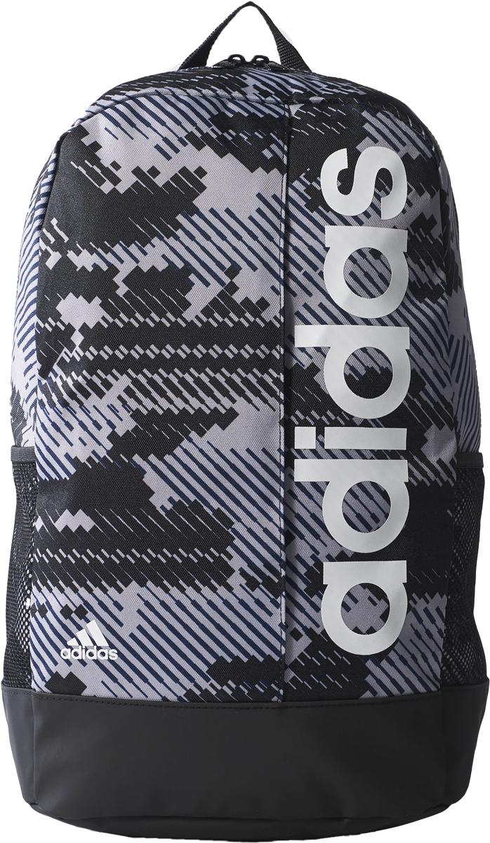 Рюкзак Adidas Lin Per BP GR, цвет: серый, черный. BR5095BR5095Сложи спортивную экипировку и комфортно перемещайся по городу с рюкзаком Adidas Lin Per BP GR, изготовленным из прочного тканого полиэстера с пиксельным камуфляжным принтом. Износостойкая ламинированная нижняя часть рюкзака с покрытием из термополиуретана защищает его от воды на футбольном поле и на полу раздевалки. Рюкзак имеет одно отделение на молнии с внутренним разделителем, который помогает эргономично разместить вещи. Снаружи рюкзак дополнен передним карманом на молнии и боковыми карманами из сетки. Изделие имеет широкие наплечные лямки регулируемой длины и удобную ручку для переноски.На лицевой стороне рюкзак оформлен фирменной вертикальной надписью.
