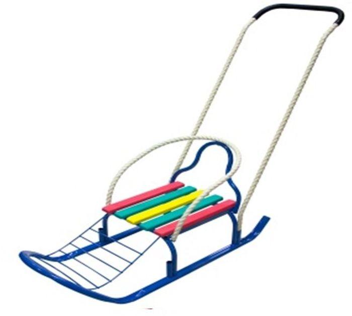 ТД Усть-Люга Санки Кирюша-4К цвет синий82564Длинная база, сиденье с продольными рейками+подножка, трубчатая съемная спинка, буксировочная веревка, широкий плоскоовальный полоз 30 х 15 мм, съемно-переставляемый толкатель, колеса обрезиненные съемные диаметром 75 мм.