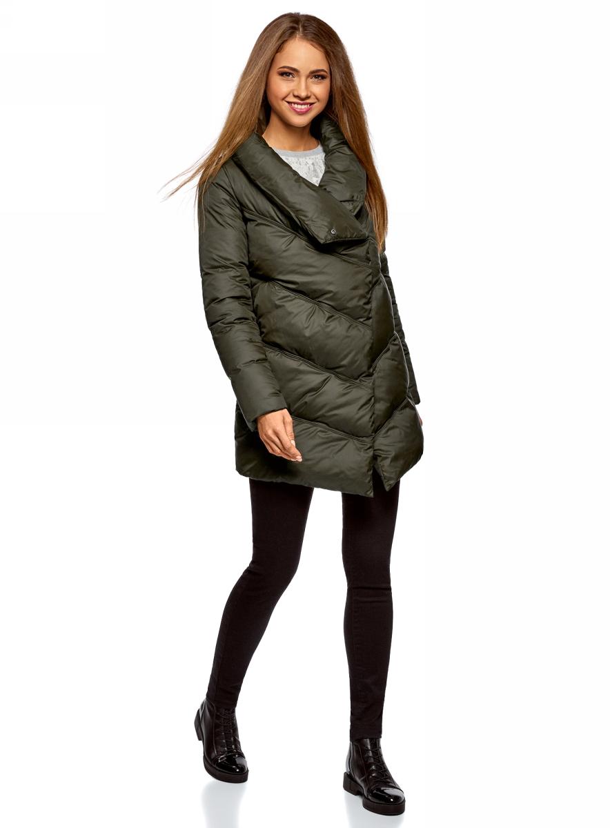 Куртка женская oodji Ultra, цвет: темный хаки. 10200079/45913/6800N. Размер 38-170 (44-170)10200079/45913/6800NСтеганая утепленная куртка oodji с объемным воротником-стойкой. Куртка эффектно смотрится благодаря асимметричной застежке и асимметричному низу спереди. Такой оригинальный крой визуально стройнит и привлекает к себе внимание. Теплая, воздушная и мягкая куртка с высоким воротником надежно защитит вас от холода в морозные дни.Необычная утепленная куртка для повседневного гардероба. Эта куртка прекрасно сочетается с вещами разного стиля: деловыми, повседневными, спортивными. Вы можете надеть куртку с джинсами, брюками, юбкой или трикотажным платьем. Из обуви к этой куртке подойдут сапоги, угги или теплые ботинки – выбирайте на свой вкус и в соответствии с ситуацией, куда вы отправляетесь. Стильная теплая куртка на каждый день!