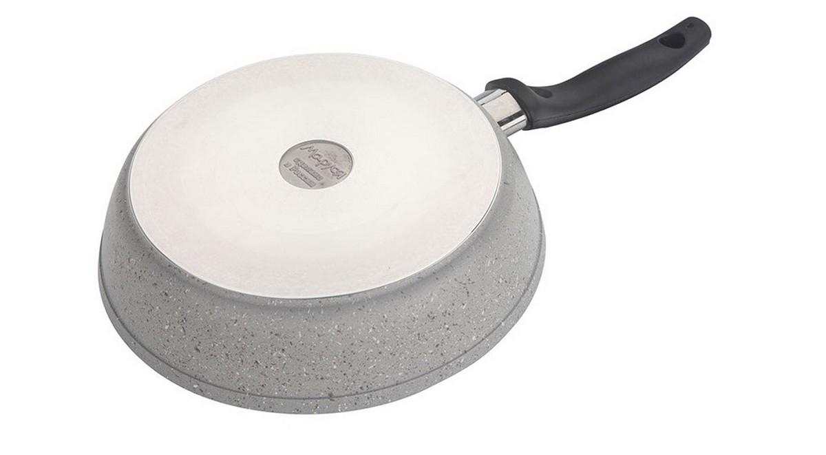 """Сковорода """"Маруся"""" выполнена из алюминия. Толщина дна и высота бортов  сковороды оптимальны для различных способов приготовления. Крышка из  жаропрочного стекла. Специальное отверстие для выхода пара позволяет  готовить с закрытой крышкой, предотвращая выкипание. Внутреннее и внешнее  упрочненное трехслойное антипригарное покрытие с минеральными частицами  мрамора и гранита. Диаметр сковороды: 22 см."""