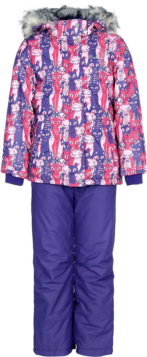 Комплект для девочки Reike Кошечки: куртка, полукомбинезон, цвет: фуксия, фиолетовый. 39700250_PRC fuchsia/purple. Размер 12239700250_PRC fuchsia/purpleКомплект для девочки Reike Кошечки состоит из куртки, декорированной красочным принтом с изображением кошечек, и однотонных брюк на лямках. Комплект выполнен из ветрозащитной, водонепроницаемой и дышащей мембранной ткани на подкладке из микрофлиса и принтованного полиэстера. Куртка приталенного силуэта дополнена съемным регулирующимся капюшоном с отстегивающейся меховой опушкой и двумя карманами на липучках, сзади на талии резинка. На груди декорирована серебристой вышивкой Reike. Ветрозащитная планка на кнопках и липучках вдоль молнии не допустит проникновения холодного воздуха. Рукава на утяжке оформлены эластичными трикотажными манжетами. Завышенная талия брюк и регулируемые съемные подтяжки гарантируют удобную посадку по фигуре. Низ усилен защитой от истирания. Брюки оснащены двумя боковыми карманами на молнии и съемными штрипками. Комплект имеет множество светоотражающих деталей, снегозащитные вставки на куртке и брюках.Базовый уровень.Коэффициент воздухопроницаемости комбинезона: 2000гр/м2/24ч.Водоотталкивающее покрытие: 2000 мм.