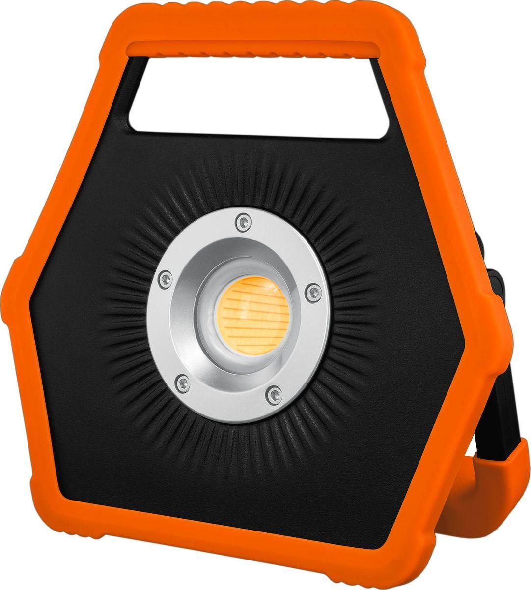 Прожектор Яркий луч Dragon. A-804606400001423Переносной аккумуляторный фонарь Яркий луч Dragon. A-80. Мощный современный светодиод 30 Вт 2600 лм обеспечит мягким заливным светом. Фонарь работает от встроенного литий-ионного аккумулятора емкостью 5200 мАч 7.4 В. Время зарядки составит 4.5 часов (адаптер в комплекте).На задней панели присутствует светодиодная индикация уровня заряда аккумулятора (уменьшение количества синих сегментов говорит о понижении уровня заряда).Есть возможность подзарядки электронных устройств (телефоны, смартфоны, планшеты, книги и пр.) от аккумулятора фонаря, т.е. функция power bank. Для этого на задней панели встроен разъем USB (USB-кабель в комплекте).Очень удобная обрезиненная эргономичная ручка для переноски. Не скользит в мокрых руках.Большой конструктивный плюс - поворотная упорная ручка, которой можно задать определенный угол, вследствие чего фонарь располагается на горизонтальной поверхности под нужным углом (поворот ручки в пределах 0 - 180°). Режимы работы:сильный - 2600 лм (100%), 3 ч работы; слабый - 900 лм (30%), 6 ч работы.В комплект входит USB-кабель и адаптер для работы от сети (12 В 1.5 А).