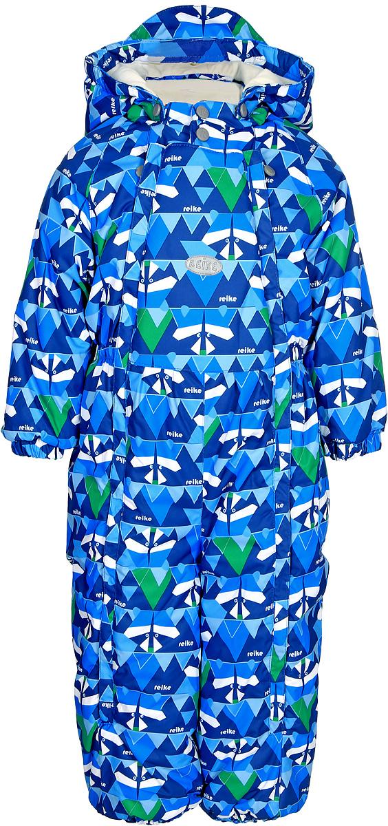 Комбинезон утепленный для мальчика Reike Енот, цвет: синий. 3943015_RCN blue. Размер 803943015_RCN blueКомбинезон Reike Енот выполнен из ветрозащитной, водоотталкивающей и дышащей мембранной ткани, декорированной принтом. Хлопковая подкладка с велюровыми вставками на спине, воротнике и рукавах обеспечивает дополнительный комфорт и тепло. Эластичные манжеты на рукавах и штанинах и внутренние ветрозащитные планки вдоль двух молний не допускают проникновения холодного воздуха. Комбинезон дополнен съемным регулирующимся капюшоном с козырьком, боковым кармашком с клапаном на липучке и светоотражающими деталями на груди и спинке.Базовый уровень.Коэффициент воздухопроницаемости комбинезона: 2000гр/м2/24ч.Водоотталкивающее покрытие: 2000 мм.