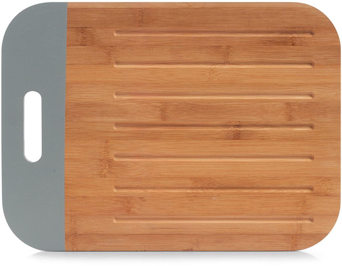 """Разделочная доска """"Zeller"""" изготовлена из натурального бамбука. Бамбук обладает природными антибактериальными свойствами. Доска отличается долговечностью, большой прочностью и высокой плотностью, легко моется, не впитывает запахи и обладает водоотталкивающими свойствами, при длительном использовании не деформируется. Изделие снабжено резиновой вставкой, благодаря чему не скользит по поверхности столешницы.  Не рекомендуется мыть в посудомоечной машине."""