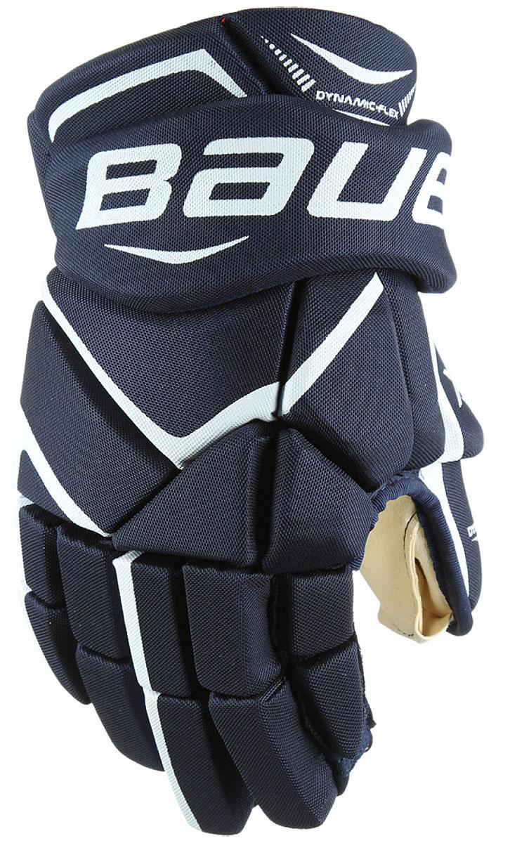 Перчатки хоккейные Bauer Vapor X700, цвет: синий. 1048095. Размер 111048095Теперь держать клюшку, наносить удары и вести шайбу гораздо проще. Зауженная посадка позволяет запястью вращаться более свободно, а более плотное расположение пальцев помогает игрокам крепче удерживать клюшку. Ладошка из двойного слоя искусственной замши цвета слоновой кости приятно прилегает к руке.