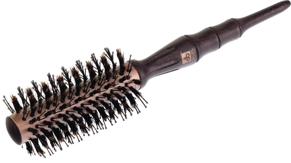 Dewal Термобрашинг серия Rose Gold, спиралевидная, натуральная щетина, 2,2 х 5,4 смBR240С помощью термобрашинга Dewal BR240 из серии ROSE GOLD можно без труда создать как яркие кудри, так и идеально прямые волосы! - Керамическое покрытие; - Внутренний диаметр 22 мм, внешний диаметр 54 мм; - Нейлоновая + натуральная сприралевидная щетина; - Деревянная эргономичная ручка термобрашинга, переходящая в хвостик для определения пробора и разделения прядей, полностью повторяет изгибы ладони и удобно лежит в руке; - Новаторская щетина Hi-Lo Twist состоит из длинной двойной нейлоновой щетины, расположенной в ряд с большими промежутками, и короткой твердой свиной щетины, что позволяет даже жестким тонким волосам свободно проходить сквозь щетину и мягко расчесывать волосы; - Кроме того, расположение щетины по спирали позволяет скользить волосам по направлению укладки