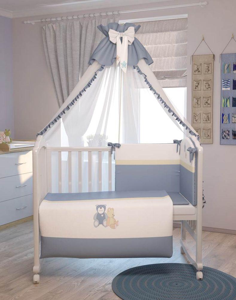 Polini Комплект белья для новорожденных Плюшевые мишки цвет голубой 7 предметов56/027-baКомплект создаст уют в детской кроватке и согреет в прохладные дни. Борт защитит малыша от сквозняков, пыли и солнца. Чехлы бортика снимаются, что очень удобно при стирке. Изготовлен из натуральных, гипоаллергенных материалов. Оригинальная вышивка комплекта придаст неповторимый стиль в детской.Входит в состав коллекции мебели и аксессуаров для детской комнаты Polini Плюшевые мишки.Состав комплекта: - штора балдахина (300 см), - борт со съемными чехлами (37х180 см),- подушка (40х60 см), - наволочка (40х60 см), - простыня на резинке на матрац (120х60 см), - пододеяльник (110х140 см), - одеяло (110х140 см).