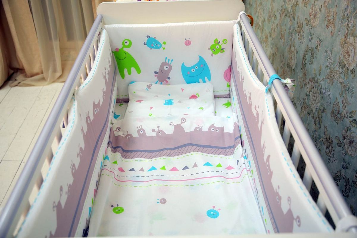 Веселый комплект в детскую кроватку Монстрики выполнен из 100% хлопка высочайшего качества. Белье создаст уютную и теплую атмосферу внутри кроватки, а дышащие материалы обеспечат комфортный сон младенца. Рисунок в виде монстриков позволит сочетать комплект в кроватку со всеми элементами детской мебели Polini Монстрики.  Комплект состоит из 7 предметов: - штора балдахина (400 см), - борт со съемными чехлами (39х420 см),  - подушка (40х60 см), - наволочка (40х60 см), - простыня на резинке на матрац (140х70 см), - пододеяльник (110х140 см), - одеяло в комплекте (110х140 см).  Комплект подходит на кроватку с размером ложа 140х70 см.