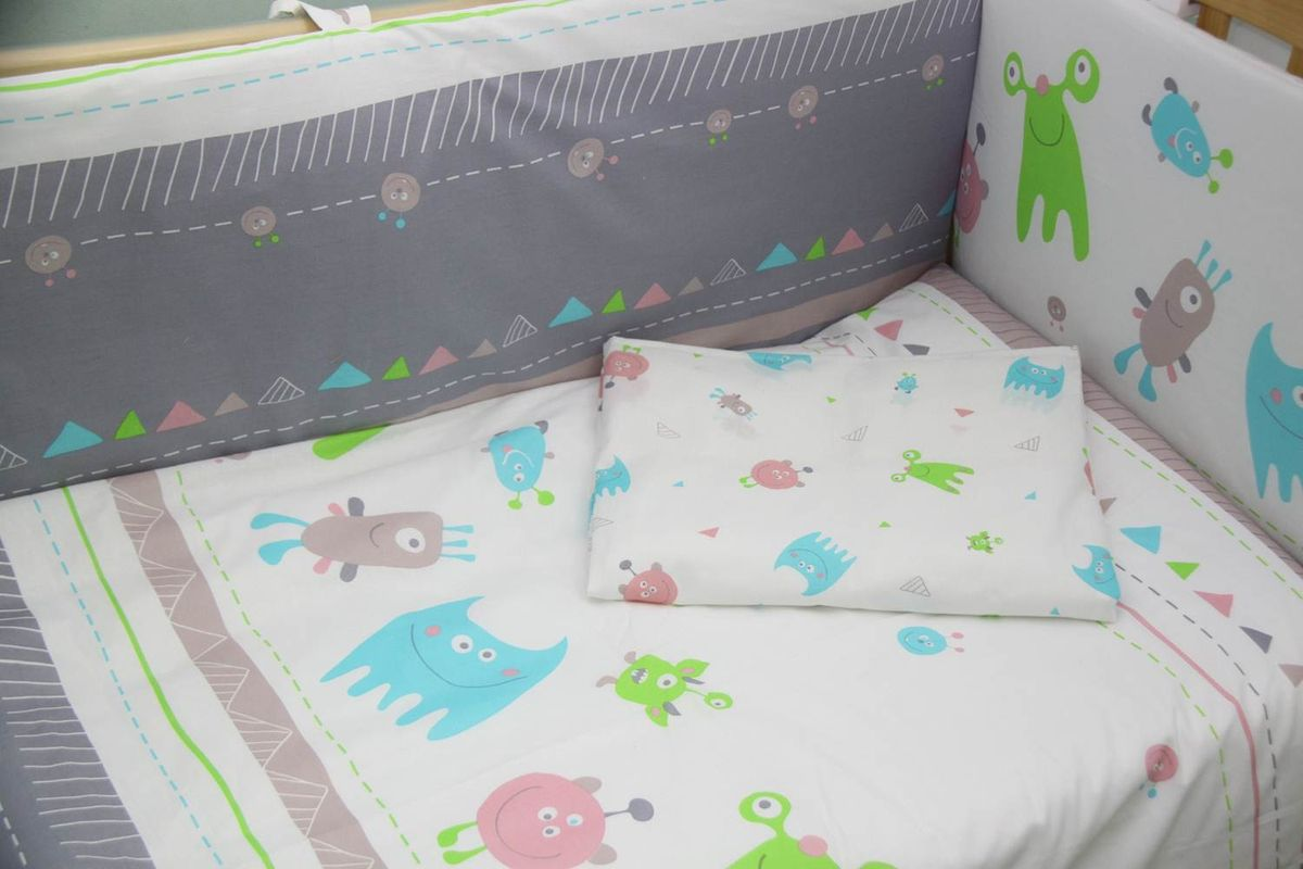 Polini Комплект белья для новорожденных Монстрики 3 предмета 12171217Детское постельное белье в спокойной цветовой гамме с яркими акцентами будет прекрасно смотреться в любой кроватке.Мягкий хлопок 100% высокого качества приятный на ощупь и не раздражает чувствительную кожу младенца.Белье из коллекции Монстрики можно дополнить другими элементами из данной коллекции.Состав комплекта:- наволочка (40х60 см),- простыня на резинке (120х60 см),- пододеяльник (110х140 см.)