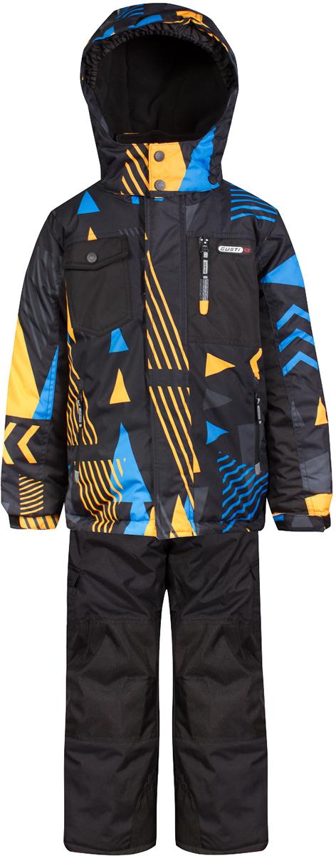Комплект верхней одежды для мальчика Gusti, цвет: черный, желтый. GWB 4637-NECTARINE. Размер 150GWB 4637-NECTARINEКомплект Gusti состоит из куртки и полукомбинезона. Ткань верха: мембрана с коэффициентом водонепроницаемости 5000 мм и коэффициентом паропроницаемости 5000 г/м2, одежда ветронепродуваемая. Благодаря тонкому полиуретановому напылению изнутри не промокает даже при сильной влаге, но при этом дышит (защита от влаги не препятствует циркуляции воздуха). Плотность ткани Т190 обеспечивает высокую износостойкость. Утеплитель: тек-Полифилл (Tech-Polyfil) - 280г/м2, силиконизированый полиэстер изготовленный по новейшим технологиям, удерживает тепло при температуре до -30 С. Очень мягкий, создающий объем для сохранения тепла. Высокоэффективный, обладающий повышенной устойчивостью к сжатию (после стирки в стиральной машине изделие достаточно встряхнуть), обеспечивающий хорошую вентиляцию, обладающий прекрасным, теплоизолирующими свойствами синтетический материал. Главные преимущества Тек-Полифила – одежда более пушистая на ощупь и менее тяжелое по весу. Подкладка: высокотехнологичный флис COOLQUICK. Специальное кручение нитей позволяет ткани максимально впитывать влагу и увеличивать испаряемость с поверхности, т.е. выпустить пар, но не пропускает влагу снаружи, что обеспечивает комфорт даже при высоких физических нагрузках. Этот материал ранее был разработан специально для спортсменов, которые испытывали сильные нагрузки во время активного движения, а теперь принес комфорт и тепло в нашу повседневную жизнь. Это особенно важно для детей, когда они гуляют на свежем воздухе, чтобы тело всегда оставалось сухим и теплым. В этой одежде им будет тепло в течение длительного времени и нет необходимости надевать теплый свитер. Верхняя одежда GUSTI просто чистится. Стирать одежду придется очень редко – только при сильных загрязнениях. Если малыш забрался в лужу или грязь, просто вытрите пятно влажной тряпкой.