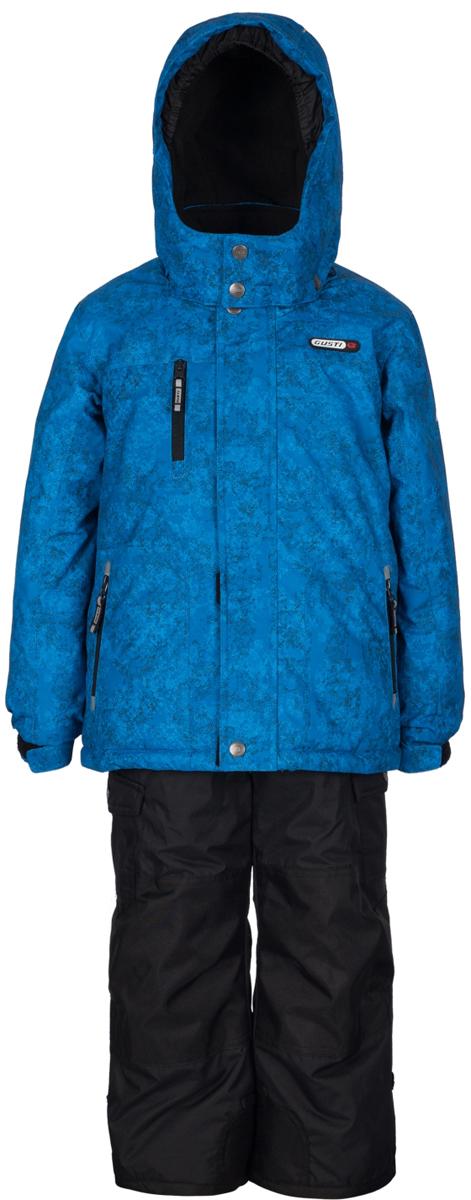 Комплект верхней одежды для мальчика Gusti, цвет: синий, черный. GWB 3313-ELECTRIC BLUE. Размер 96GWB 3313-ELECTRIC BLUEТкань верха: Мембрана с коэффициентом водонепроницаемости 5000 мм и коэффициентом паропроницаемости 5000 г/м2, одежда ветронепродуваемая. Благодаря тонкому полиуретановому напылению изнутри не промокает даже при сильной влаге, но при этом дышит (защита от влаги не препятствует циркуляции воздуха). Плотность ткани Т190 обеспечивает высокую износостойкость. Утеплитель: Тек-Полифилл (Tech-Polyfil) - 280г/м2, силиконизированый полиэстер изготовленный по новейшим технологиям, удерживает тепло при температуре до -30 С. Очень мягкий, создающий объем для сохранения тепла. Высокоэффективный, обладающий повышенной устойчивостью к сжатию (после стирки в стиральной машине изделие достаточно встряхнуть), обеспечивающий хорошую вентиляцию, обладающий прекрасным, теплоизолирующими свойствами синтетический материал. Главные преимущества Тек-Полифила – одежда более пушистая на ощупь и менее тяжелое по весу. Подкладка: Высокотехнологичный флис COOLQUICK. Специальное кручение нитей позволяет ткани максимально впитывать влагу и увеличивать испаряемость с поверхности, т.е. выпустить пар, но не пропускает влагу снаружи, что обеспечивает комфорт даже при высоких физических нагрузках. Этот материал ранее был разработан специально для спортсменов, которые испытывали сильные нагрузки во время активного движения, а теперь принес комфорт и тепло в нашу повседневную жизнь. Это особенно важно для детей, когда они гуляют на свежем воздухе, чтобы тело всегда оставалось сухим и теплым. В этой одежде им будет тепло в течение длительного времени и нет необходимости надевать теплый свитер. Верхняя одежда GUSTI просто чистится. Стирать одежду придется очень редко – только при сильных загрязнениях. Если малыш забрался в лужу или грязь, просто вытрите пятно влажной тряпкой.
