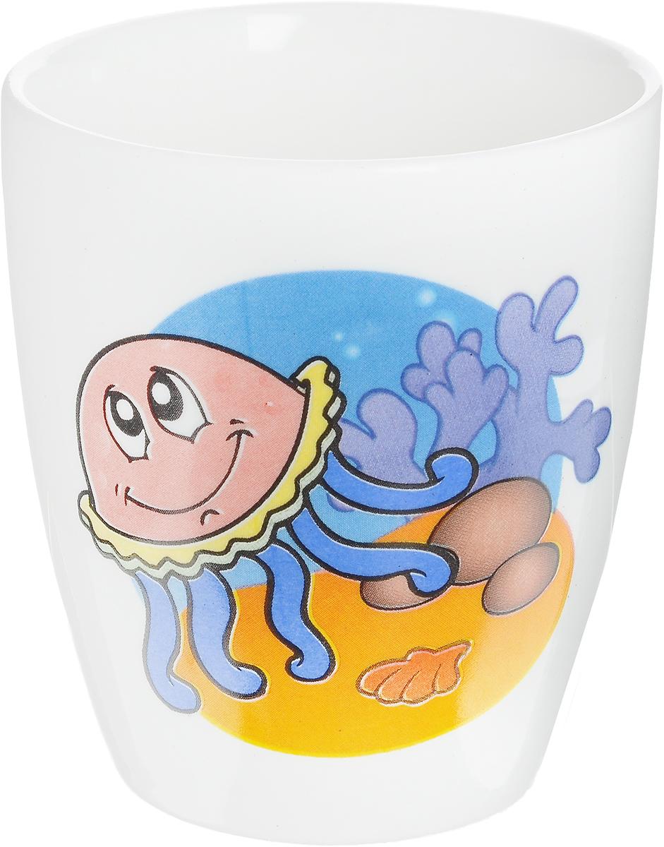 Кубаньфарфор Кружка детская Морской мир Медуза 260 мл2220089_медузаФаянсовая детская кружка Кубаньфарфор Морской мир: Медуза с забавным рисунком понравится каждому малышу. Изделие из качественного материала станет правильным выбором для повседневной эксплуатации и поможет превратить каждый прием пищи в радостное приключение.Кружка легко моется, не впитывает запахи, а рисунок имеет насыщенный цвет. Благодаря безопасному материалу, кружка подойдет для любых напитков.Объем кружки - 260 мл. Кружка не имеет ручки, поэтому ее удобно держать двумя руками, а ее небольшие размеры и вес позволят малышу без труда держать кружку самостоятельно. Оригинальная детская кружка непременно порадует ребенка и станет отличным подарком для маленького мореплавателя.
