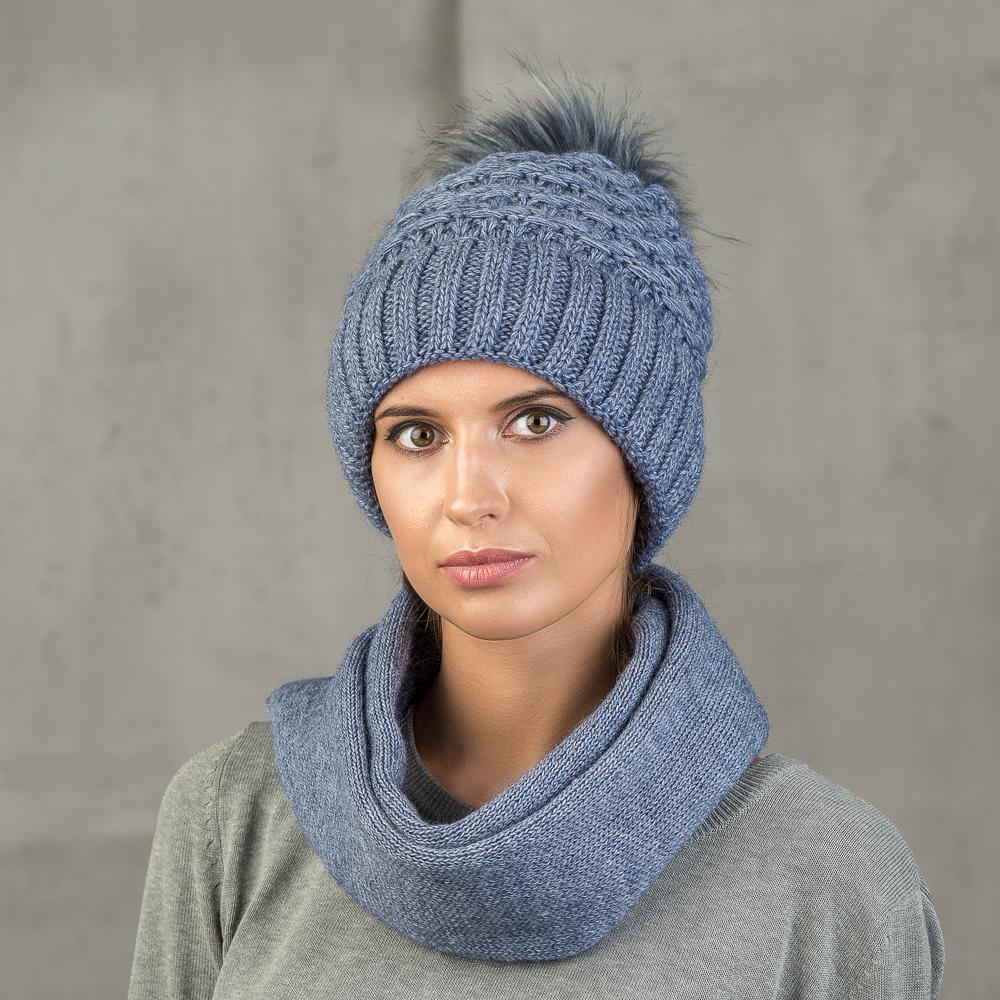 Шапка женская Stilla, цвет: синий. SH-1711/021. Размер 52/56SH-1711/021Теплая зимняя шапка от Stilla с отворотом выполнена из акрилово-шерстяной пряжи.Крупная вязка, флисовая подкладка. Помпон из искусственного меха.