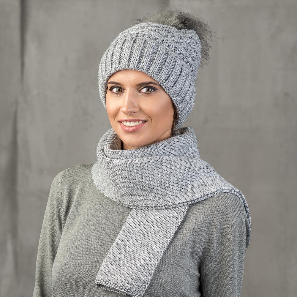 Шапка женская Stilla, цвет: серый. SH-1711/125. Размер 52/56SH-1711/125Теплая зимняя шапка от Stilla с отворотом выполнена из акрилово-шерстяной пряжи.Крупная вязка, флисовая подкладка. Помпон из искусственного меха.