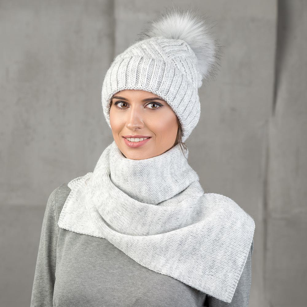 Шапка женская Stilla, цвет: серый. SH-1717/02. Размер 52/56SH-1717/02Теплая зимняя шапка от Stilla с отворотом выполнена из акрилово-шерстяной пряжи. Крупная вязка, флисовая подкладка. Помпон из искусственно меха.