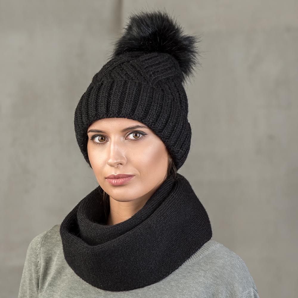 Шапка женская Stilla, цвет: черный. SH-1717/08. Размер 52/56SH-1717/08Теплая зимняя шапка с отворотом.Крупная вязка, флисовая подкладка.Помпон из искусственно меха.