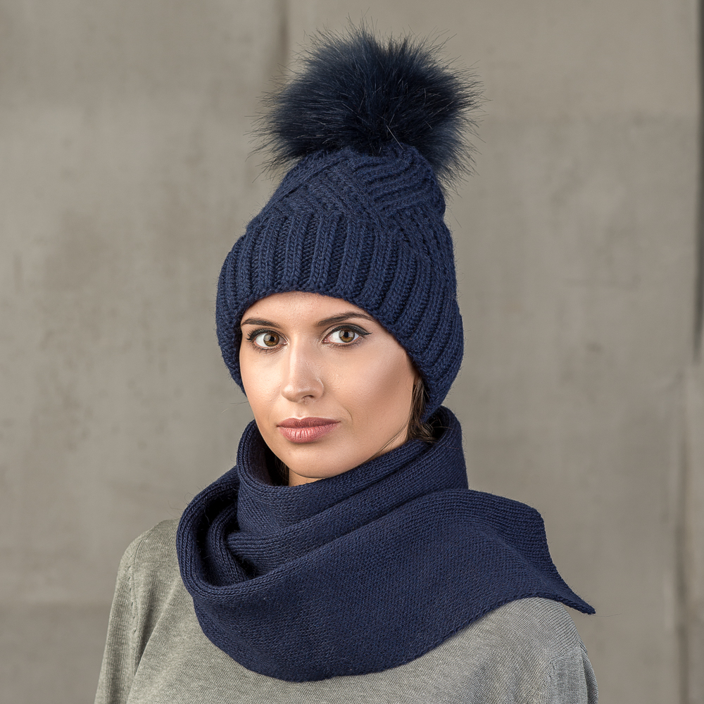 Шапка женская Stilla, цвет: темно-синий. SH-1717/188. Размер 52/56SH-1717/188Теплая зимняя шапка с отворотом.Крупная вязка, флисовая подкладка.Помпон из искусственно меха.