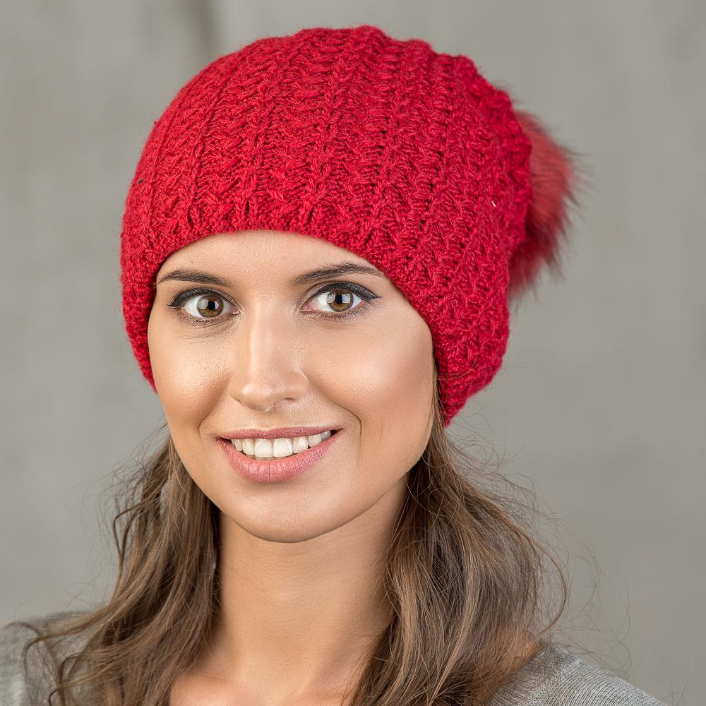 Шапка женская Stilla, цвет: красный. SH-1718/182. Размер 52/56SH-1718/182Теплая зимняя шапка с отворотом.Крупная вязка, флисовая подкладка.Помпон из искусственно меха.