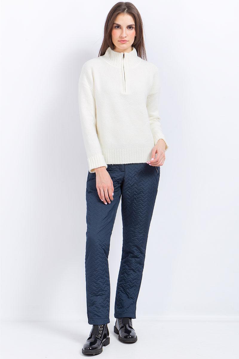 Брюки женские Finn Flare, цвет: темно-синий. W17-12002_101. Размер M (46)W17-12002_101Стильные женские брюки Finn Flare станут отличным дополнением к вашему гардеробу. Модель изготовлена из полиэстера. Застегиваются брюки на пуговицу и ширинку на застежке-молнии. На поясе имеются шлевки для ремня. Эти модные и в тоже время удобные брюки помогут вам создать оригинальный современный образ. В них вы всегда будете чувствовать себя уверенно и комфортно.