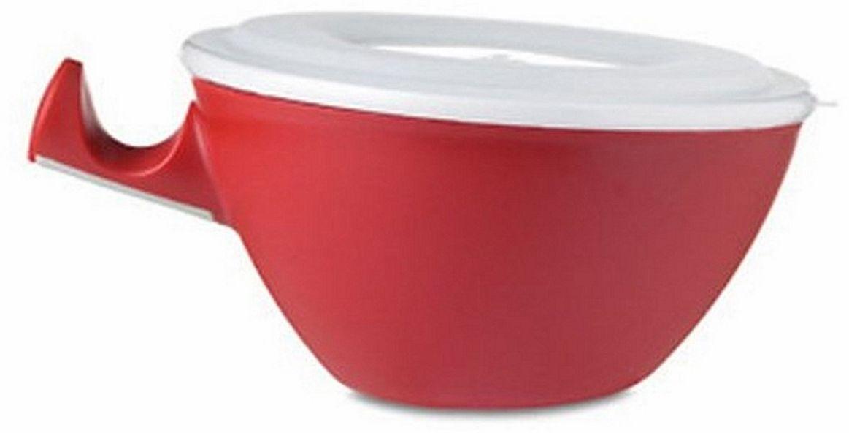 Чаша для микроволновки Ругес Касание, двойная, цвет: красный, белыйK-13Доставать из микроволновой печи тарелку или чашку с горячим содержимым достаточно неудобно и болезненно. Надо иметь под рукой кухонные прихватки и ловко ими воспользоваться, чтобы не обжечь руки. Чашка двойная Касание защищает руки и столешницы от контакта с нагретой поверхностью чашки: Вы касаетесь внешней пластиковой чашки, а нагретая пища находится во внутренней керамической. Смело ставьте Чашку Касание на любые поверхности – они останутся неповрежденными горячим дном! В комплект входит крышка – удобно хранить еду в холодильнике. Чашка двойная Касание упрощает жизнь и поднимает настроение! Полезный объем чаши: 850 мл. Диаметр: 19 см. Высота: 9 см. Вес: 632 гр. Набор: пластиковая чаша -1шт, керамическая чаша - 1 шт, крышка - 1 шт. Инструкция на русском языке.