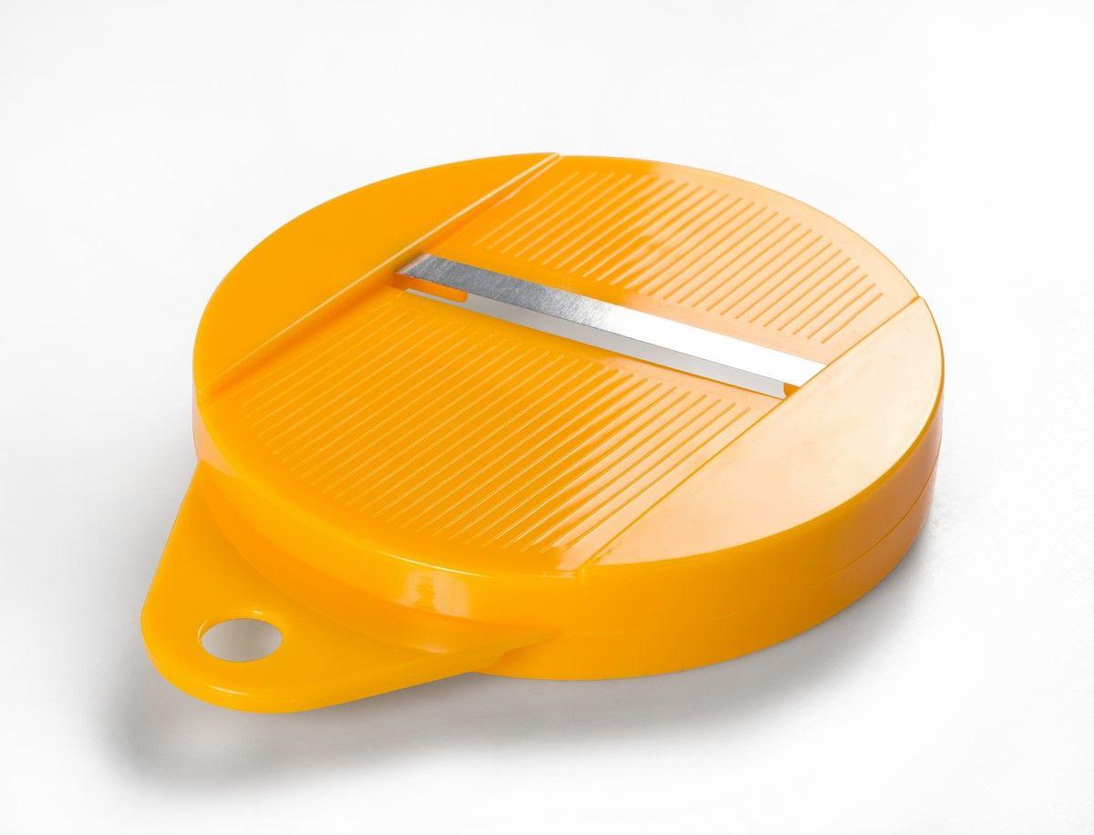 Набор для приготовления чипсов Ругес Гризли, для микроволновой печи, цвет: белый, оранжевыйK-27Вред промышленных чипсов давно обсуждаемая тема, но и взрослые и дети регулярно поддаются соблазну похрустеть. Набор для приготовления чипсов ГРИЗЛИ для микроволновой печи – приспособление, с которым вы сможете сделать чипсы дома без использования страшных Е, а просто подсушив картофель и добавив соли и специй по вкусу. Специальная терка с держателем нарежет картофель или другие овощи тончайшими ломтиками! С Набором для приготовления чипсов ГРИЗЛИ можно устраивать веселые чипсовые вечеринки, на которых даже дети смогут готовить себе чипсы сами! Чипсы из разных овощей можно использовать для салатов и украшения блюд! Диаметр платформы: 20 см. Количество отверстий для чипсов - 38 шт. Вес: 136 гр. В набор входят: платформа - 1 шт, терка для нарезки - 1 шт, держатель - 1 шт. Материал: ПВХ, металл. Инструкция на русском языке.