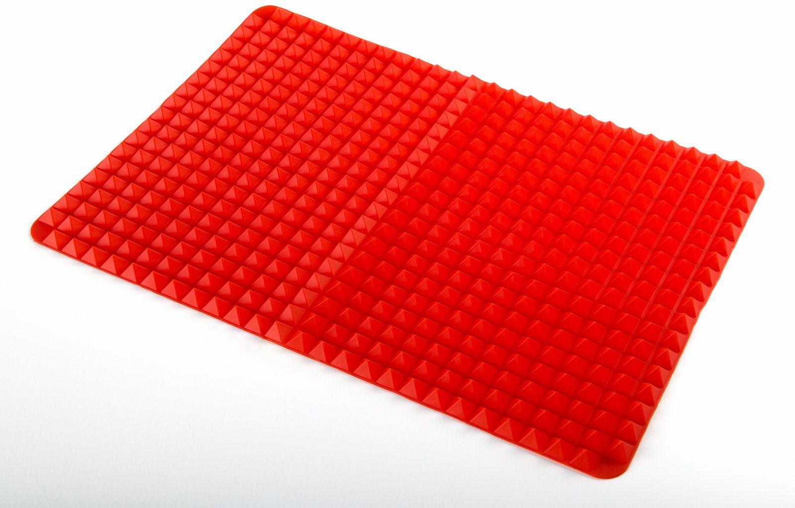 """Коврик для запекания Ругес Пирамида, силиконовый, цвет: красный, 38,5 x 27 смK-4Запекая блюда в духовке мы часто вынуждены удалять вытекающий жир и сок с противня, чтобы добиться нужного вкуса или определенной диетичности. Это не всегда легко и всегда небезопасно. Силиконовый коврик для запекания Пирамида позволяет стекать лишнему жиру в процессе приготовления просто за счет конструкции поверхности. Силиконовый коврик для запекания густо покрыт маленькими пирамидками, которые удерживают продукты на весу в процессе запекания и оставляют пространство для лишней жидкости. Силиконовый коврик Пирамида защищает блюда и выпечку от пригорания и обеспечивает более равномерное пропекание, чем на плоском противне. Рельеф поверхности позволяет воздуху свободно циркулировать в процессе запекания. Коврик """"Пирамида"""" удобно использовать для сушки в духовом шкафу грибов, сухарей, яблок. Размер: 38,5х27х1 см. Вес: 148 гр. Количество пирамидок: около 1180 шт. Инструкция на русском языке."""