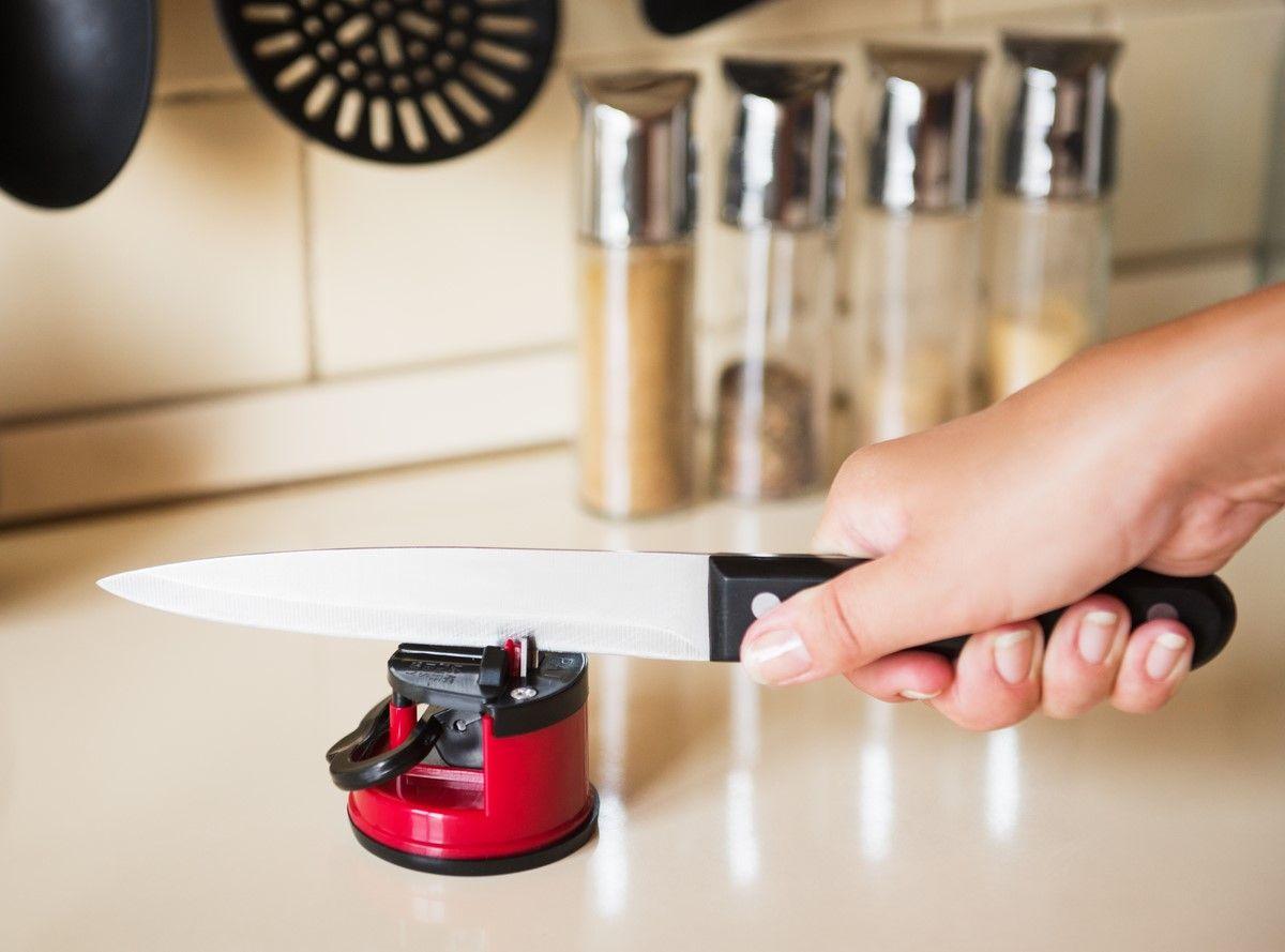 """Острые ножи помогают готовить красиво и с удовольствием. Тупое лезвие давит помидоры, мнет хлеб и раздражает повара. Точилка ножей на присоске Ругес """"Шарп"""" - кухонный аксессуар, который будет содержать ваши ножи в отличной рабочей форме. Точилка """"Шарп"""" крепится к столу на присоске, делая затачивания лезвий максимально безопасным. Точилка """"Шарп"""" обработает лезвия ножей, заточит ножницы и даже ножи блендера! Подойдет для ножей с волнистой кромкой! Точилка """"Шарп"""" универсальна и безопасна."""