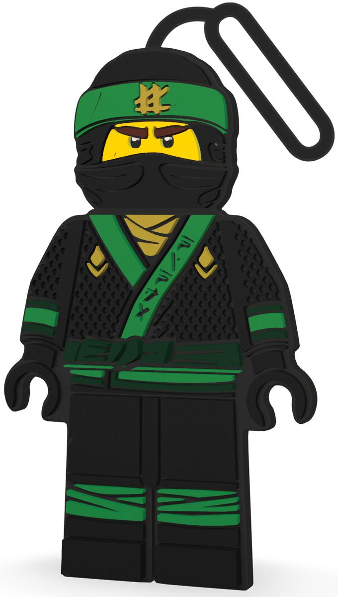 LEGO Бирка для багажа Ninjago Lloyd51882Силиконовая бирка LEGO, выполненная в виде героя Ninjago, надежно крепится к багажу с помощью петли. Яркий и неповторимый дизайн сразу же привлечет внимание, и вы легко отыщите свой чемодан на транспортной ленте. Запишите свои контактные данные на обратной стороне бирки и можете не бояться, что ваш чемодан потеряется, ведь теперь работники аэропорта точно будут знать его хозяина.