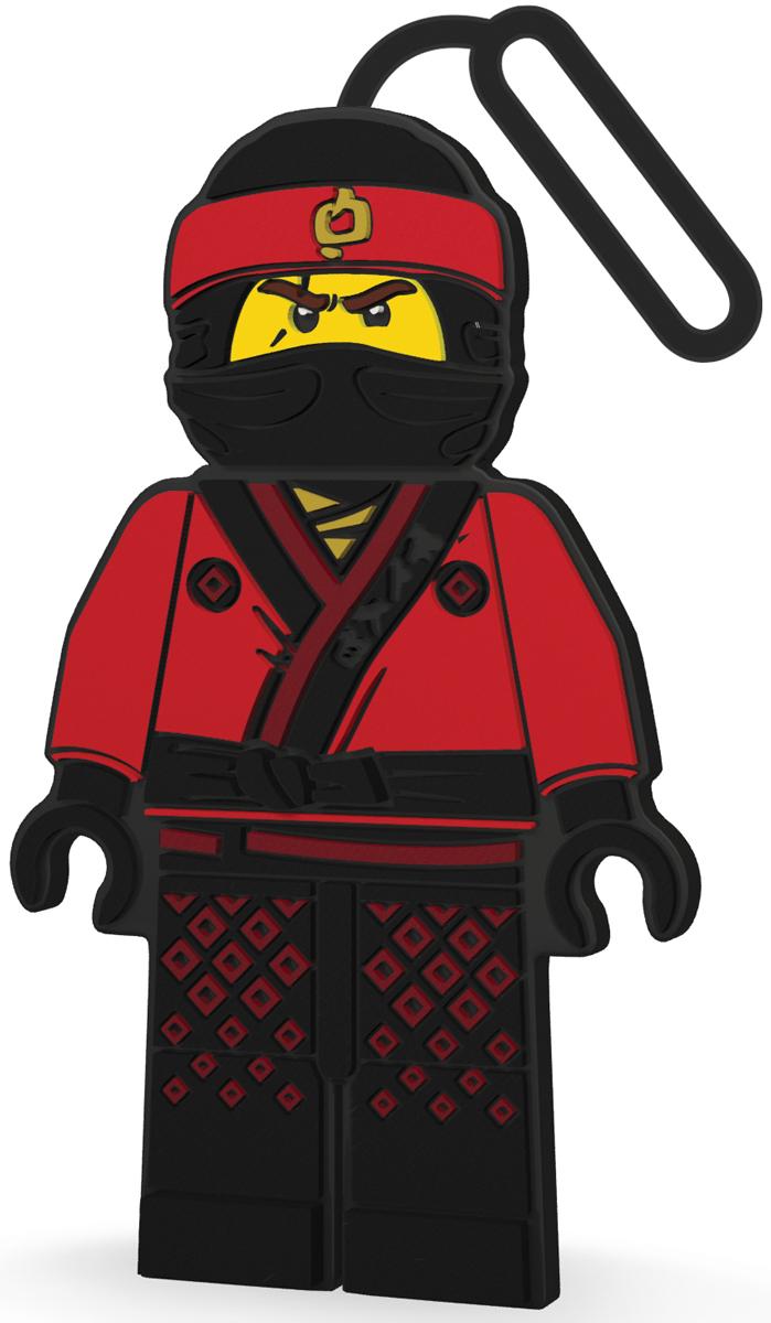 LEGO NINJAGO Бирка для багажа Kai51883Силиконовая бирка надежно крепится к багажу с помощью петли. Яркий и неповторимый дизайн сразу же привлечет внимание, и вы легко отыщите свой чемодан на транспортной ленте. Запишите свои контактные данные на обратной стороне бирки и можете не бояться, что ваш чемодан потеряется, ведь теперь работники аэропорта точно будут знать его хозяина.