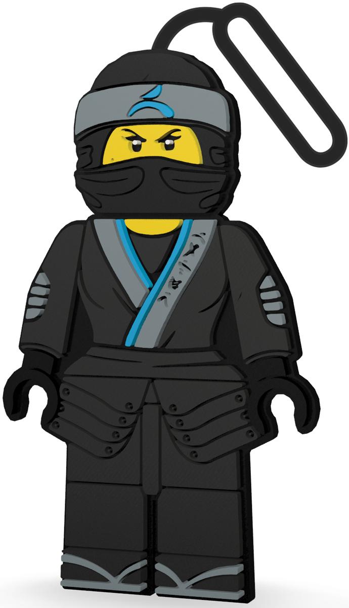 LEGO Ninjago Бирка для багажа Nya51885Силиконовая бирка надежно крепится к багажу с помощью петли. Яркий и неповторимый дизайн сразу же привлечет внимание, и вы легко отыщите свой чемодан на транспортной ленте. Запишите свои контактные данные на обратной стороне бирки и можете не бояться, что ваш чемодан потеряется, ведь теперь работники аэропорта точно будут знать его хозяина.