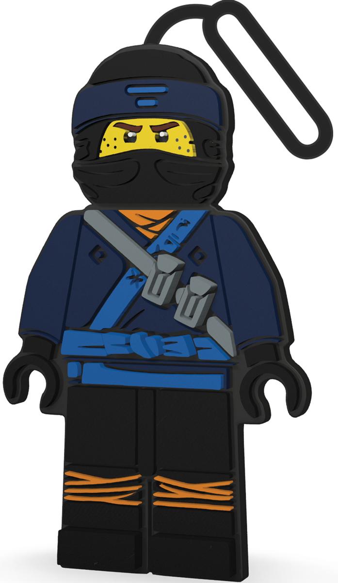 LEGO NINJAGO Бирка для багажа Jay51887Силиконовая бирка надежно крепится к багажу с помощью петли. Яркий и неповторимый дизайн сразу же привлечет внимание, и вы легко отыщите свой чемодан на транспортной ленте. Запишите свои контактные данные на обратной стороне бирки и можете не бояться, что ваш чемодан потеряется, ведь теперь работники аэропорта точно будут знать его хозяина.