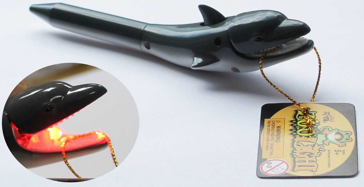 Zoolight Ручка шариковая Дельфин синяя цвет корпуса серыйZPS-DGЗабавный дизайн выдвижной шариковой ручки, которая скрыта в хвосте животного. Фонарик скрыт во рту. При открытии рта животного загорается фонарик, а так же издается звук.