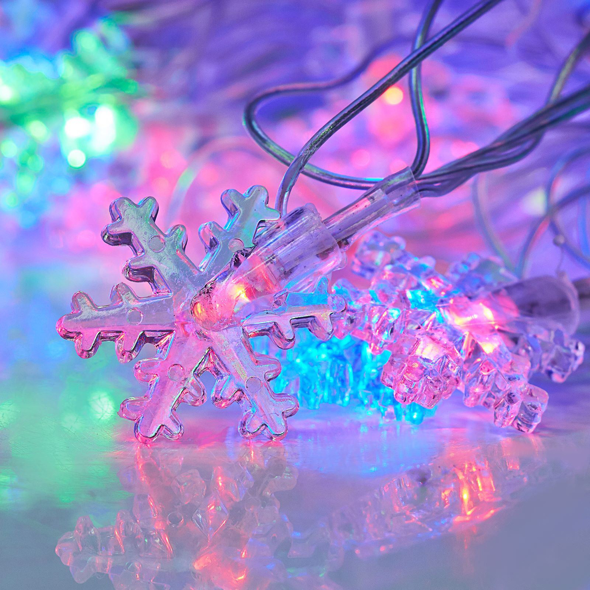 Гирлянда светодиодная Luazon Метраж. Снежинки малые, 20 ламп, 220 V, длина 5 м541525Светодиодные гирлянды и ленты — это отличный вариант для новогоднего оформления интерьера или фасада. С их помощью помещение любого размера можно превратить в праздничный зал, а внешние элементы зданий, украшенные ими, мгновенно станут напоминать очертания сказочного дворца. Такие украшения создают ауру предвкушения чуда. Деревья, фасады, витрины, окна и арки будто специально созданы, чтобы вы украсили их светящимися нитями.