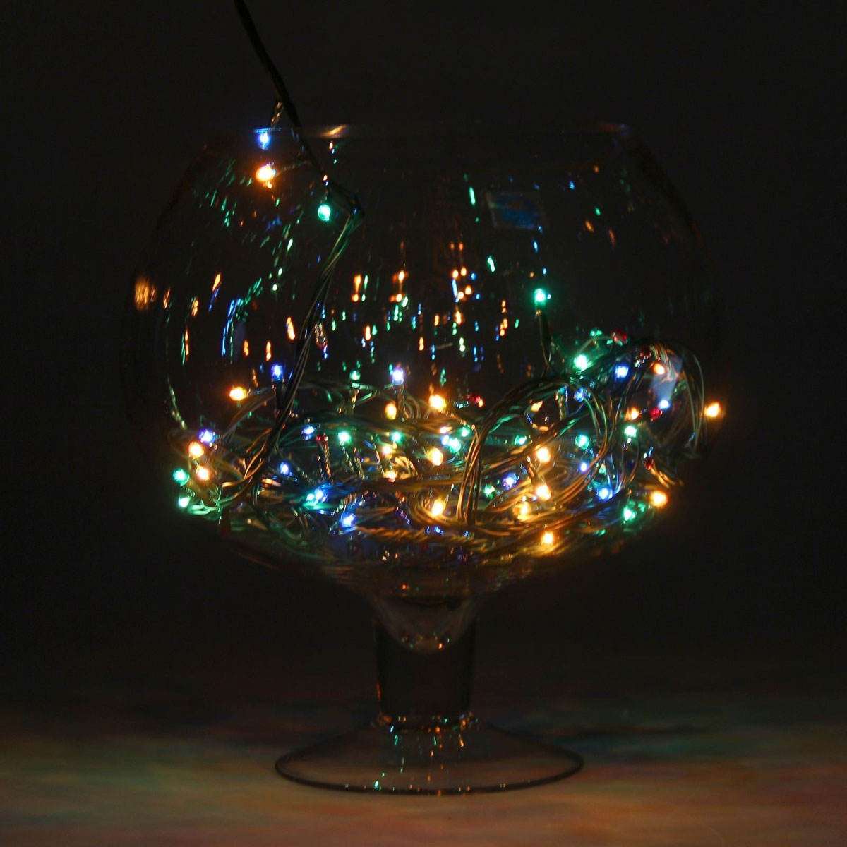 Гирлянда светодиодная Luazon Метраж, цвет: мультиколор, 100 ламп, 8 режимов, 220 V, длина 4,5 м. 7022501080473Гирлянда светодиодная Luazon Метраж - это отличный вариант для новогоднего оформления интерьера или фасада. С ее помощью помещение любого размера можно превратить в праздничный зал, а внешние элементы зданий, украшенные гирляндой, мгновенно станут напоминать очертания сказочного дворца. Такое украшение создаст ауру предвкушения чуда. Деревья, фасады, витрины, окна и арки будто специально созданы, чтобы вы украсили их светящимися нитями.